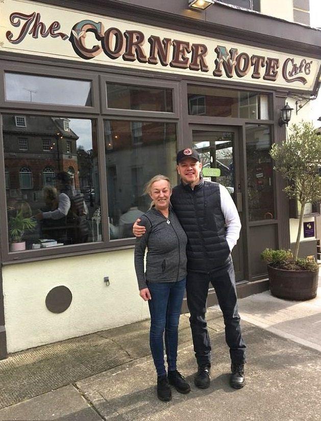 麥特戴蒙在愛爾蘭常接受影迷要求合照,贏得讚賞。圖/摘自twitter
