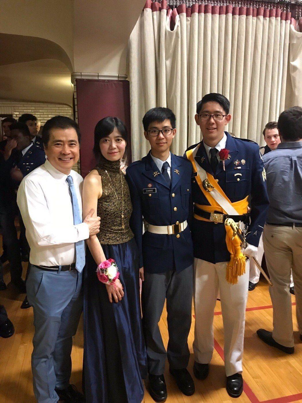 張榮華(左起)和老婆蘇麗媚及小兒子曾一起參加大兒子軍校畢業典禮。圖/夢田文創提供