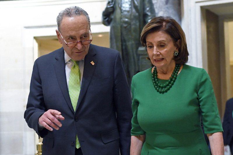 參院少數黨領袖舒默(左)與眾院議長波洛西遭川普點名批判。美聯社