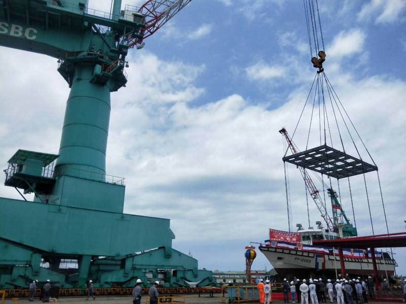 台船承造海巡署100噸巡防艇,下水典禮靠造價2億多元的300噸大吊車完成任務,過程相當特別。 記者游明煌/攝影
