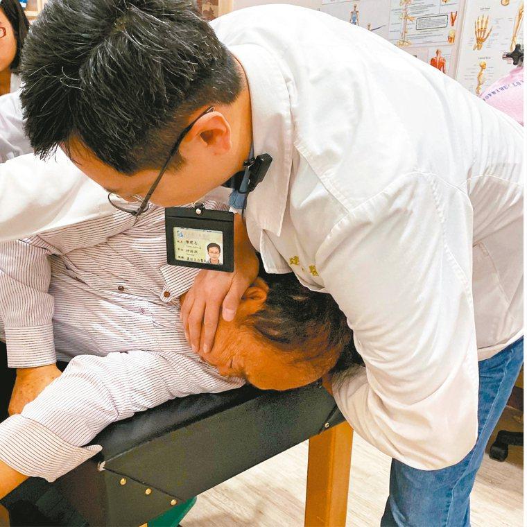 醫師在進行耳石復位術時,必須把患者頭部強力向某一側轉。 圖/義大癌治療醫院神經內...