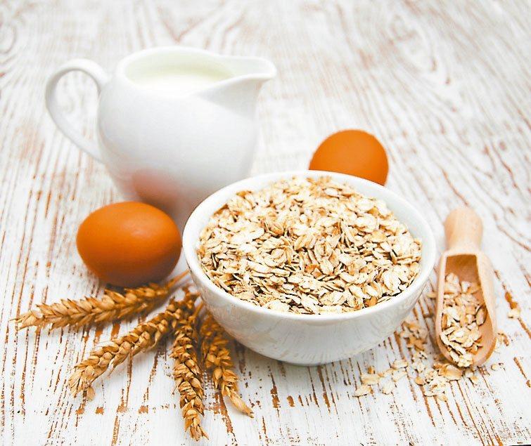 燕麥含豐富的膳食纖維,可幫助腸道蠕動。 圖╱123RF