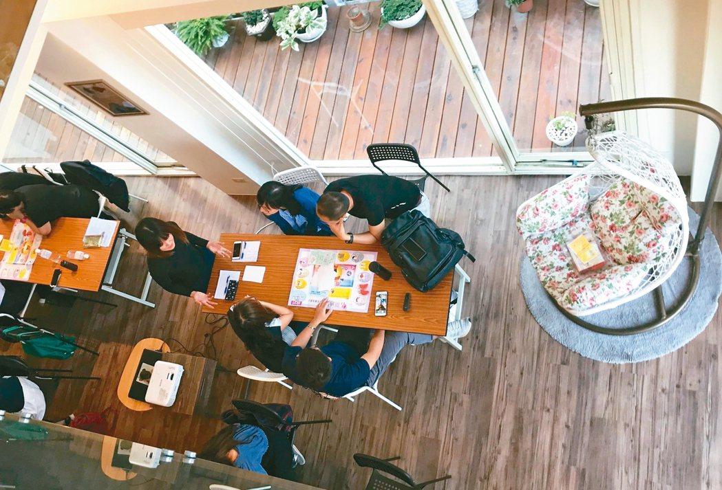 郭慧娟將自己在台中大坑的一棟房子命名「生命聊癒館」作為台灣「死亡咖啡館」的據點,...
