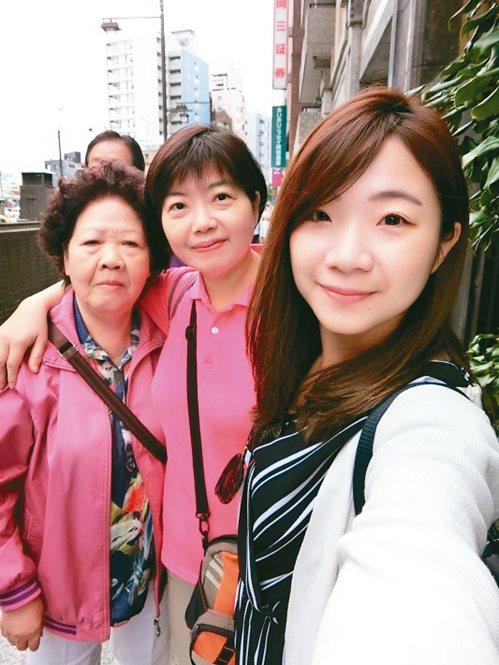 病主法上路後,郭慧娟和家人約好要一起去簽署「預立醫療決定」。圖為郭慧娟(中)與母...