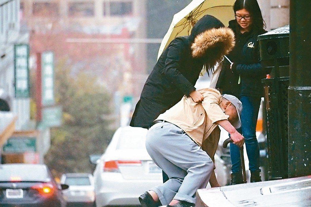 跌倒是老年人常見的意外,除了身體傷害,也常會有心理上的創傷。 圖/聯合報系資料照...