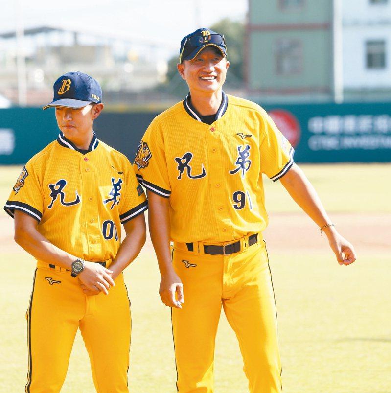 丘昌榮(右)笑迎總教練生涯首勝。 圖/聯合報系資料照片