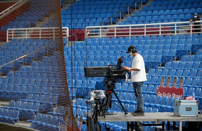 中華職棒讓台灣成為全球新冠肺炎疫情下,唯一還有職業棒球賽事開打的國家,吸引越來越多國際媒體報導,美國有線電視新聞網(CNN)加入行列。 記者余承翰/攝影