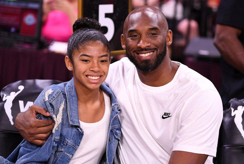 布萊恩左愛女吉安娜(左),在今天舉行的WNBA線上選秀中,與隊友一同以「榮譽新秀」身份獲選。 路透