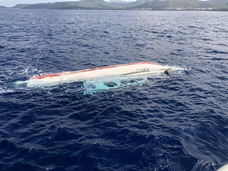 海巡搜尋翻覆遊艇失蹤人員。記者潘欣中/翻攝