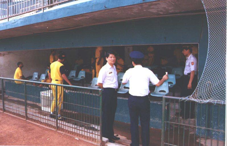 當年新竹市警方還在新竹市立棒球場兄弟象球員休息室內佈崗,確保球員人身安全。 聯合報系資料照
