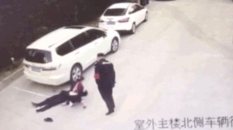 吉林大学白求恩第三医院女医师朱灏宇对倒地的保安施救。图/取自影片截图