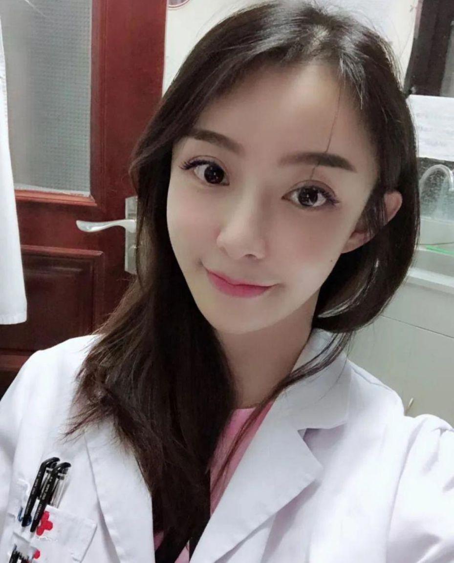 吉林大学白求恩第三医院女医师朱灏宇对倒地的保安施救。图/取自北京青年报