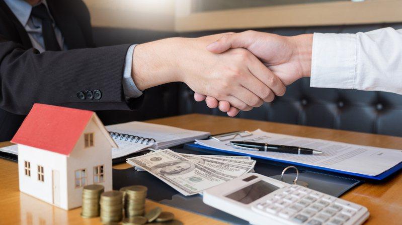這位網友表示自己當房仲的第一個月就成功售出一間房,自己第一個月就領了14.4萬。圖片來源/ingimage