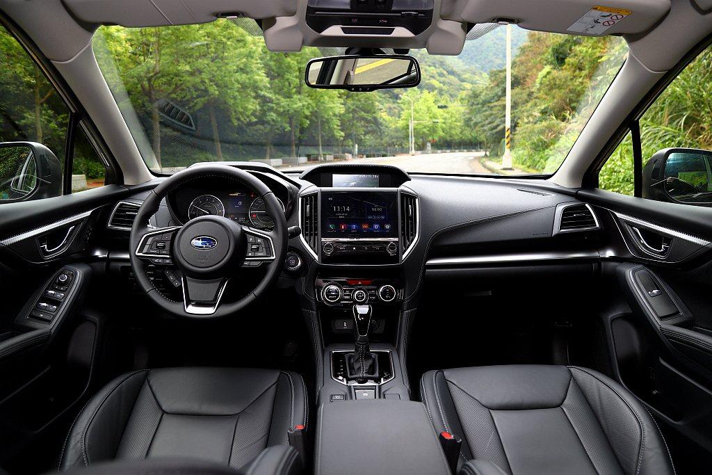 內裝鋪陳以鈦色飾板、霧銀飾條以及鍍鉻內車門把手周圍的類碳纖維飾板來增加質感。 記...