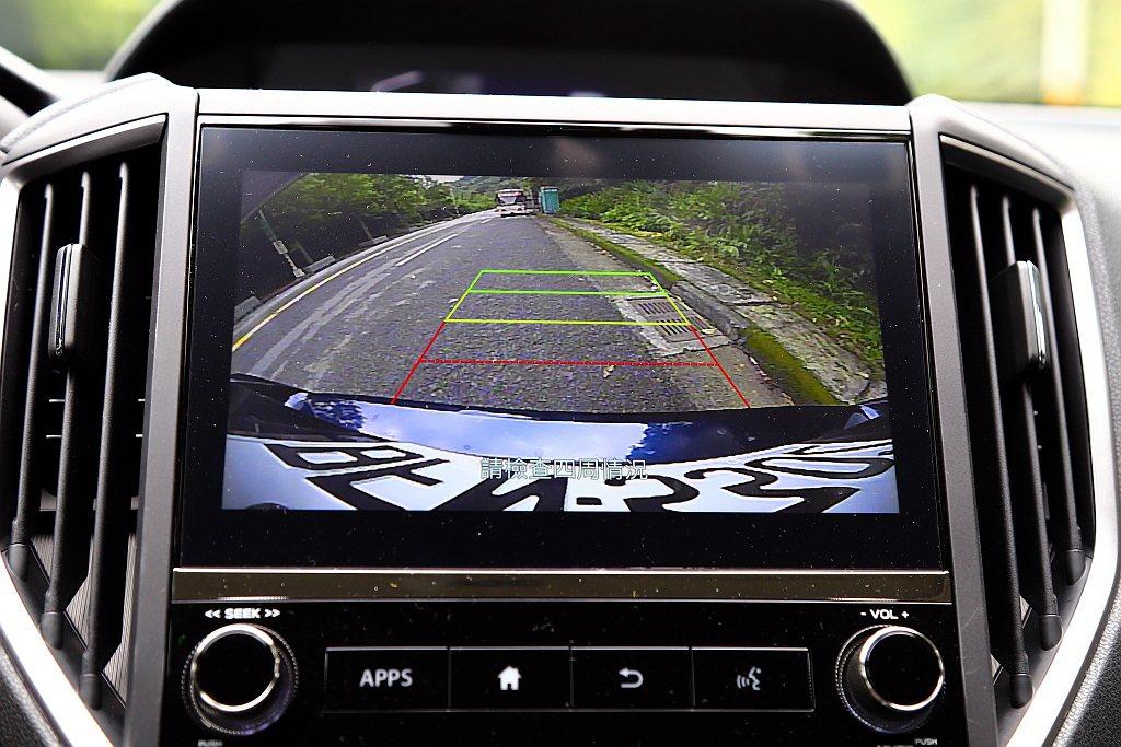 列為全車型標配的倒車顯影系統,則採用較大的8吋多功能螢幕來顯示。 記者張振群/攝...
