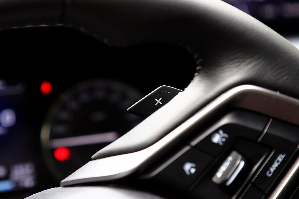 駕駛可藉由標配的方向盤換檔撥片,來控制變速系統與引擎轉速。 記者張振群/攝影
