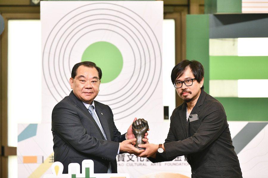 麗寶集團董事長吳寶田頒發第四屆首獎得主戴士偉。 圖/麗寶集團提供