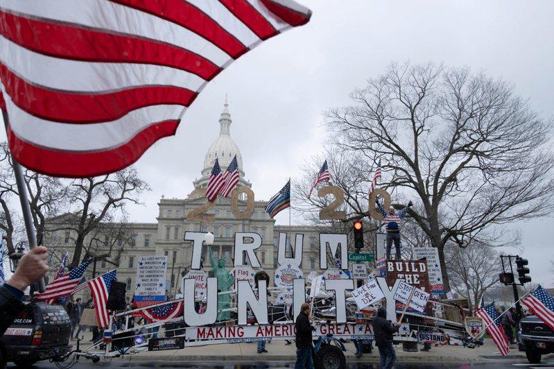 密西根州保守派團體15日抗議該州禁足令,並高舉挺川普標語。路透