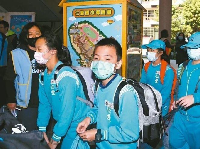 教育部昨天宣布,不會請中小學代售口罩。本報資料照片