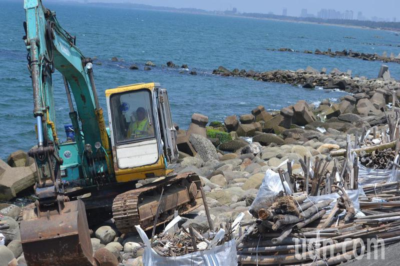 台南市南區黃金海岸是台南最美麗海岸,正進行景觀改造,並清理岸邊的竹枝、木頭等漂流木。記者鄭惠仁/攝影