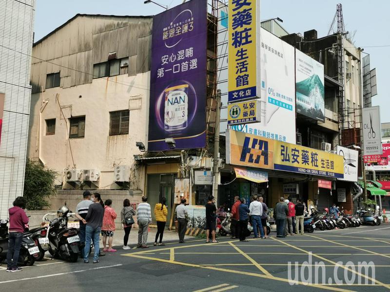 各藥局門口每天都有許多人排隊買口罩,藥師提醒即日起周日停售。記者卜敏正/攝影