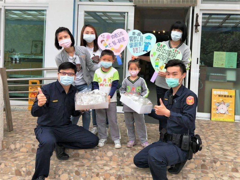 新竹縣橡樹幼兒園的小朋友用義賣所得購買30支護目鏡,捐贈給竹北分局三民派出所,讓「警察杯杯、阿姨」在值勤時更安全。圖/警方提供