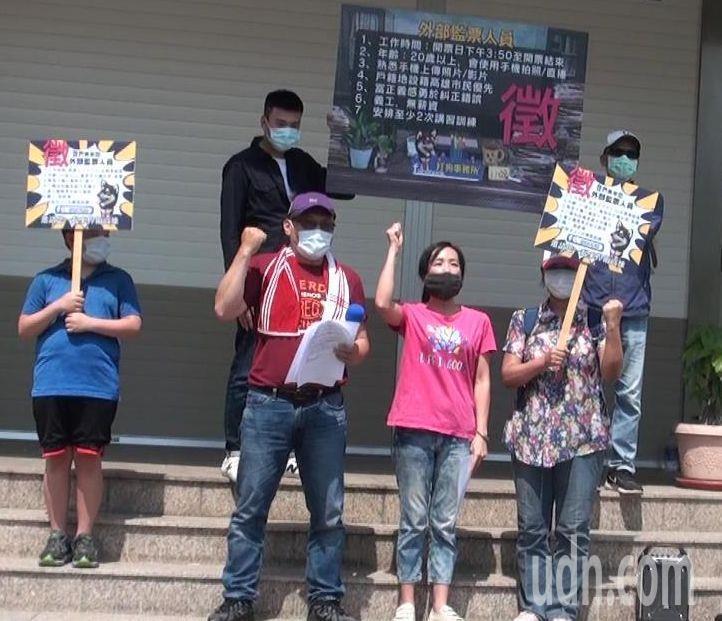 兩位高雄市民茅中威(左二)、陳慈妏(左三)今天表示組「打狗事務所」,號召「全民監票 守護高雄」,希望高雄市民一起對抗「不義罷免」。記者楊濡嘉/攝影