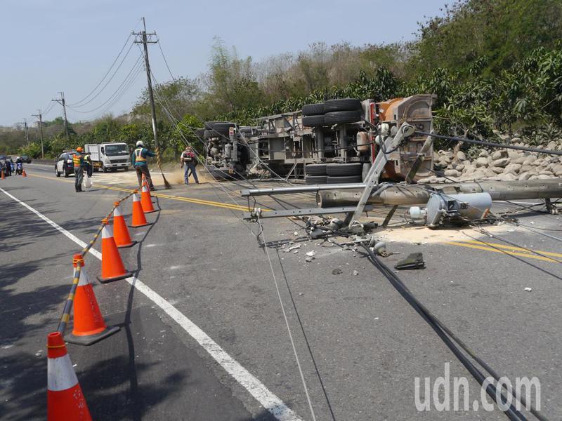 台28線月世界路段發生砂石車撞斷電線桿事故。記者徐白櫻/攝影