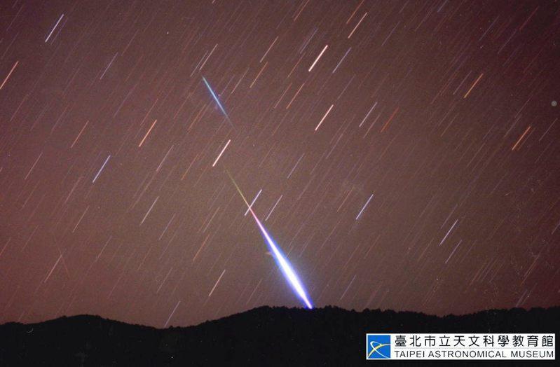 台北市立天文館拍攝的火流星。圖/取自台北市立天文館官網 攝影者李昫岱