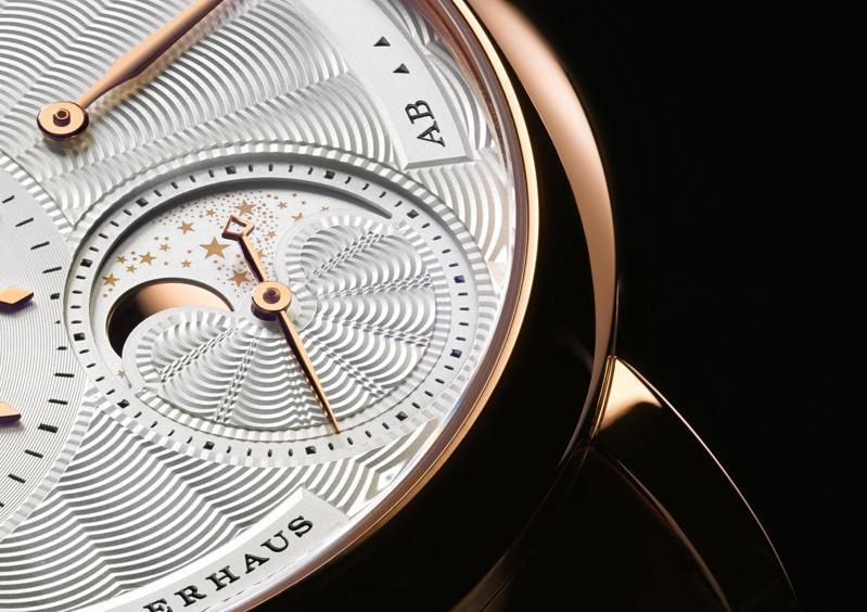 朗格的Little Lange 1 Moon Phase腕表,其月相盤具備細緻的扭索紋飾,月相也精準可至122年才需調整。圖 / A.Lange & Sohne提供。