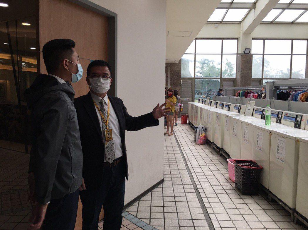 新竹市長林智堅(左)訪視鎵興國際移工宿舍關心防疫情形,對業者利用科技防疫表示肯定...