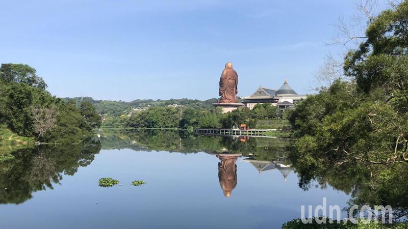 「至真段」環湖步道在天恩彌勒佛院後方臨水而建,可看見72公尺高的地標青銅彌勒佛像。記者陳斯穎/攝影