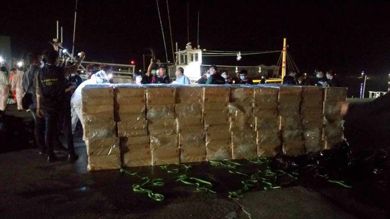 台東籍順豐號漁涉嫌走私的183箱洋菸。記者林保光/翻攝