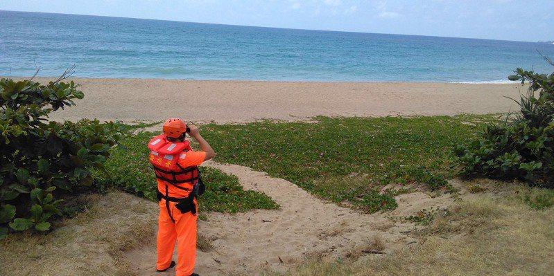 屏東墾丁後壁湖外海今天上午民眾發現1艘翻覆小船,海巡、岸巡、空勤和民間救難人員展開海陸空聯合搜獲無所獲,潛水員確認船艙內無人。記者潘欣中/翻攝