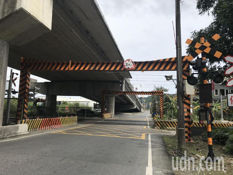 花蓮地區火車供電系統今天中午突然發生異常,4個平交道柵欄故障,其中豐川平交道已在下午1時40分修復。記者王燕華/攝影