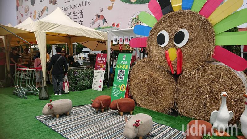 彰化縣食品類觀光工廠把產品展區搬到戶外,台灣穀堡在戶外廣場堆稻草裝置藝術。記者簡慧珍/攝影