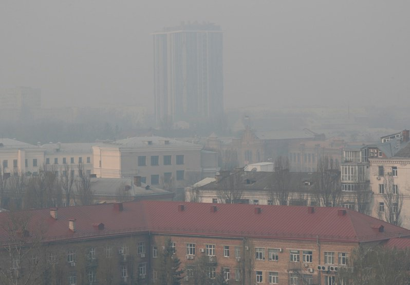 烏克蘭首都基輔籠罩在煙霧中。(路透)