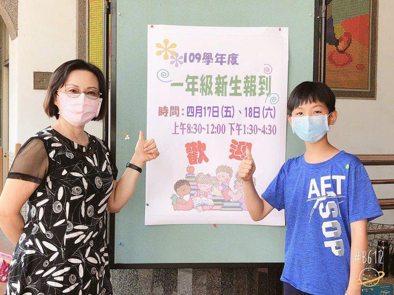 大同國小宣國欽(右),今天上午主動到校協助新生家長引導,協助填寫報到資料。圖/讀者提供