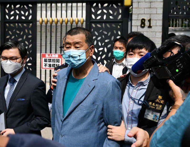 香港警方18日下午,等到香港壹傳媒集團創辦人黎智英,返回位於何文田的住所後,以非法集結罪名,再度將黎智英從住所帶走。圖/星島日報