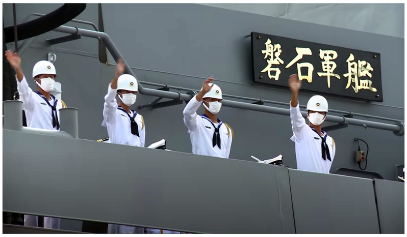 敦睦艦隊磐石艦三名官兵確診新冠肺炎。圖為日前敦睦支隊的磐石軍艦緩緩靠港時,蔡總統對船上的官兵揮手致意,肯定他們在海上長時間訓練的辛勤付出。圖/取自軍聞社