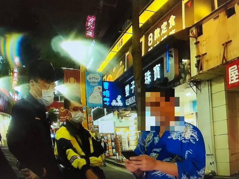 轄區巡邏員警盤查時,發現太田沒有街頭表演執照,便將其勸離,不料卻引起太田不滿。記者李隆揆/翻攝
