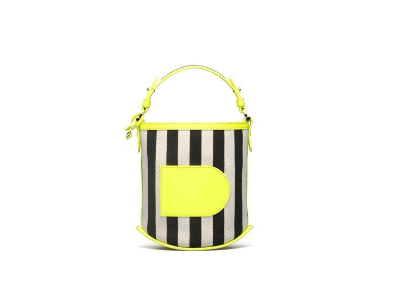 DELVAUX Pin編織條紋滾邊迷你水桶包,售價63,100元。圖/DELVAUX提供