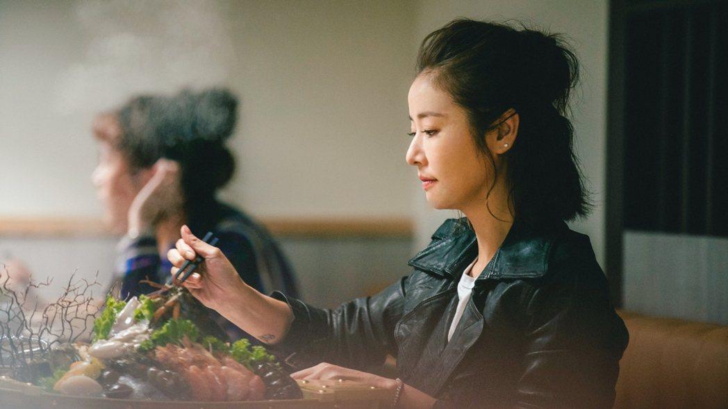林心如客串「若是一個人」,演出一個人吃火鍋畫面。圖/華視提供