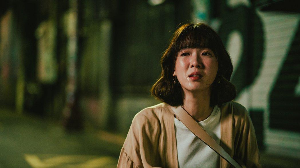 孫可芳在「若是一個人」中哭倒在街頭。圖/華視提供