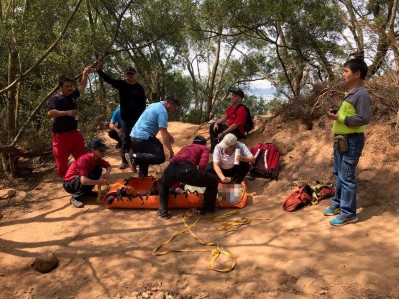 今天上午一名年約60歲山友身體不適,以擔架固定後運送下山就醫。圖/新竹林管處提供、黃宇群攝影