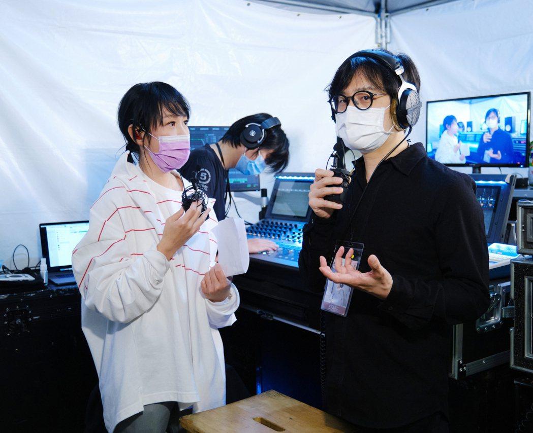劉若英在演唱會開始前擔任主持人訪問音樂總監陳建騏(右)。圖/相信音樂提供
