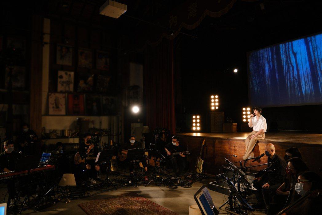 劉若英昨晚舉辦「陪你線上演唱會」,唱「媽媽」感觸良多眼眶泛淚。圖/相信音樂提供