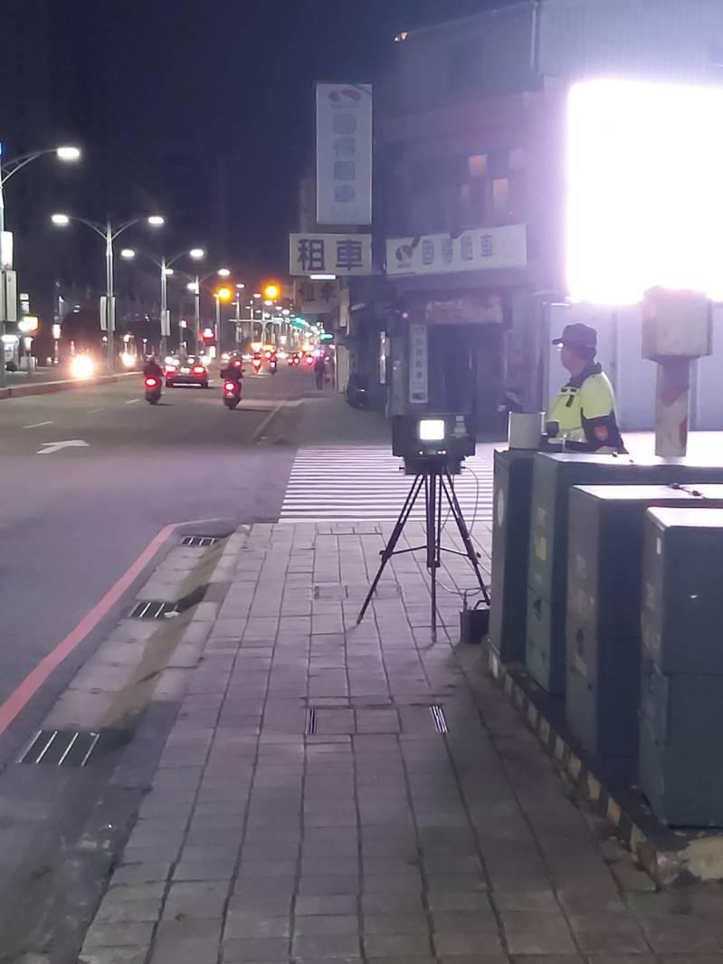 警方出動移動式測速照相機,將加強超速違規行為取締。記者巫鴻瑋/翻攝