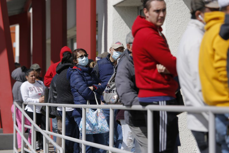 許多美國人排隊等待領取失業津貼。美聯社