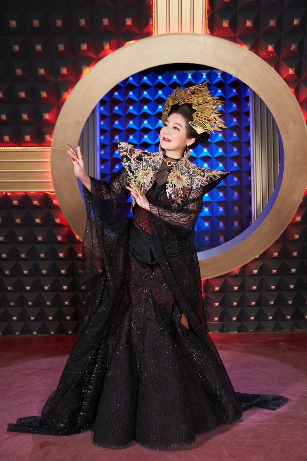 王彩樺讚嘆身上行頭超華麗,頂7公斤頭飾拍戲也值得。圖/民視提供